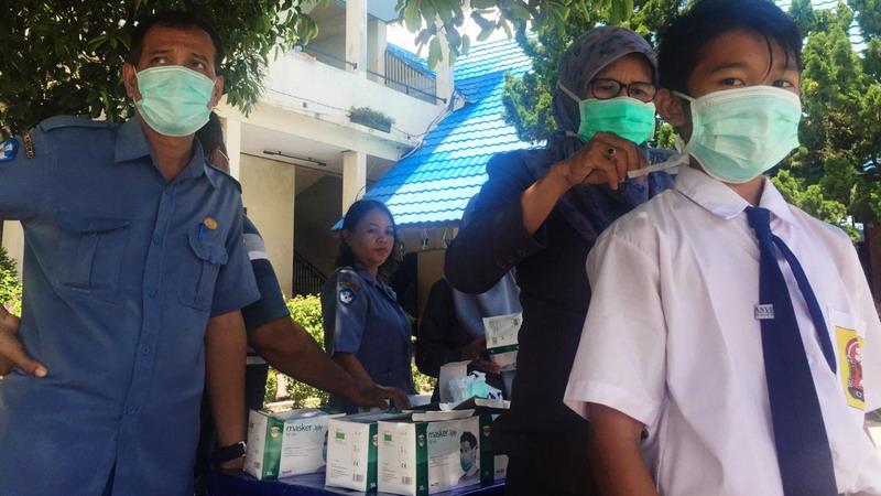 Cegah Corona, SMPN I Palangka Raya Bagikan Masker Kepada Para ...