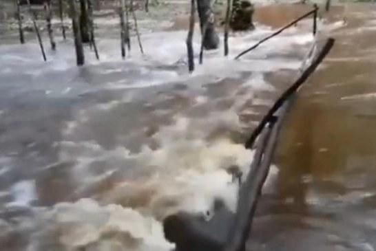 Luapan Sungai Sei Gohong Amblaskan Jembatan dan Bahayakan Pengunjung
