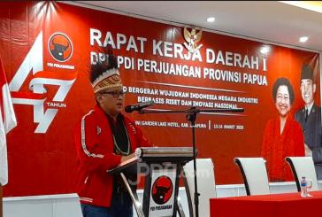 Mama Mega Titip Hoodie dan Pesan untuk Kader Banteng di Papua
